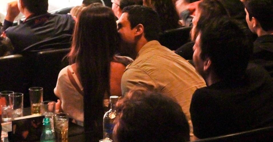Gustavo Salyer e Nicole Bahls trocam carinhos em show de Rodrigo Capella (29/8/12)