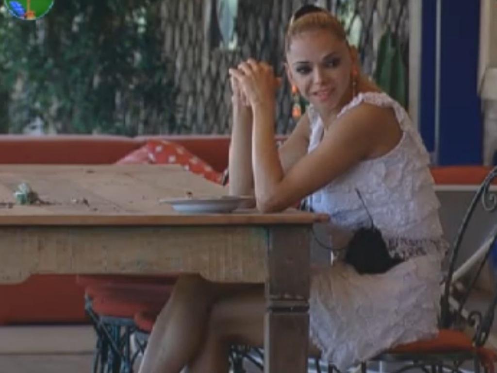 Léo Áquilla conversa com os outros finalistas na varanda (29/8/12)