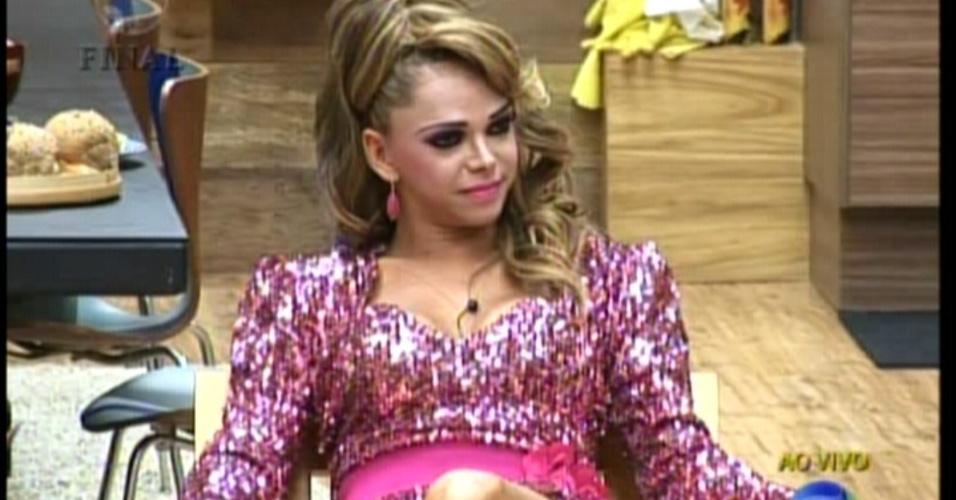 """Léo Áquilla, finalista de """"A Fazenda 5"""" aguarda na sede com vestido rosa especialmente escolhido para a ocasião (29/8/12)"""