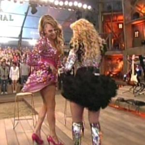 Léo Áquilla rouba a cena e dança com Joelma, da banda Calypso (29/8/12)