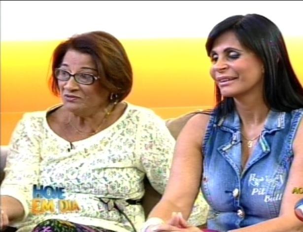 """Mãe de Viviane Araújo e Gretchen assistem imagens da rainha de bateria no programa """"Hoje em Dia"""" (29/8/12)"""
