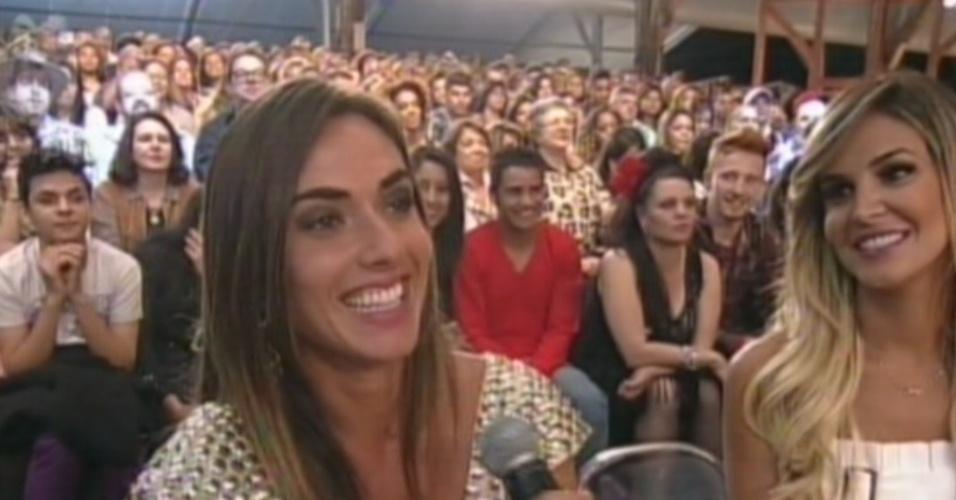 """Nicole Bahls e Robertha Portella assistem à edição dos melhores momentos da quinta edição do reality """"A Fazenda 5"""" (29/8/12)"""