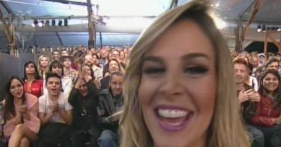 Robertha Portella aparece com novo corte de cabelo para assistir à final do reality (29/8/12)