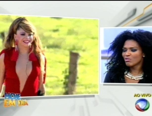 """Simone Sampaio assiste imagens de """"A Fazenda 5"""" no programa """"Hoje em Dia"""" (29/8/12)"""
