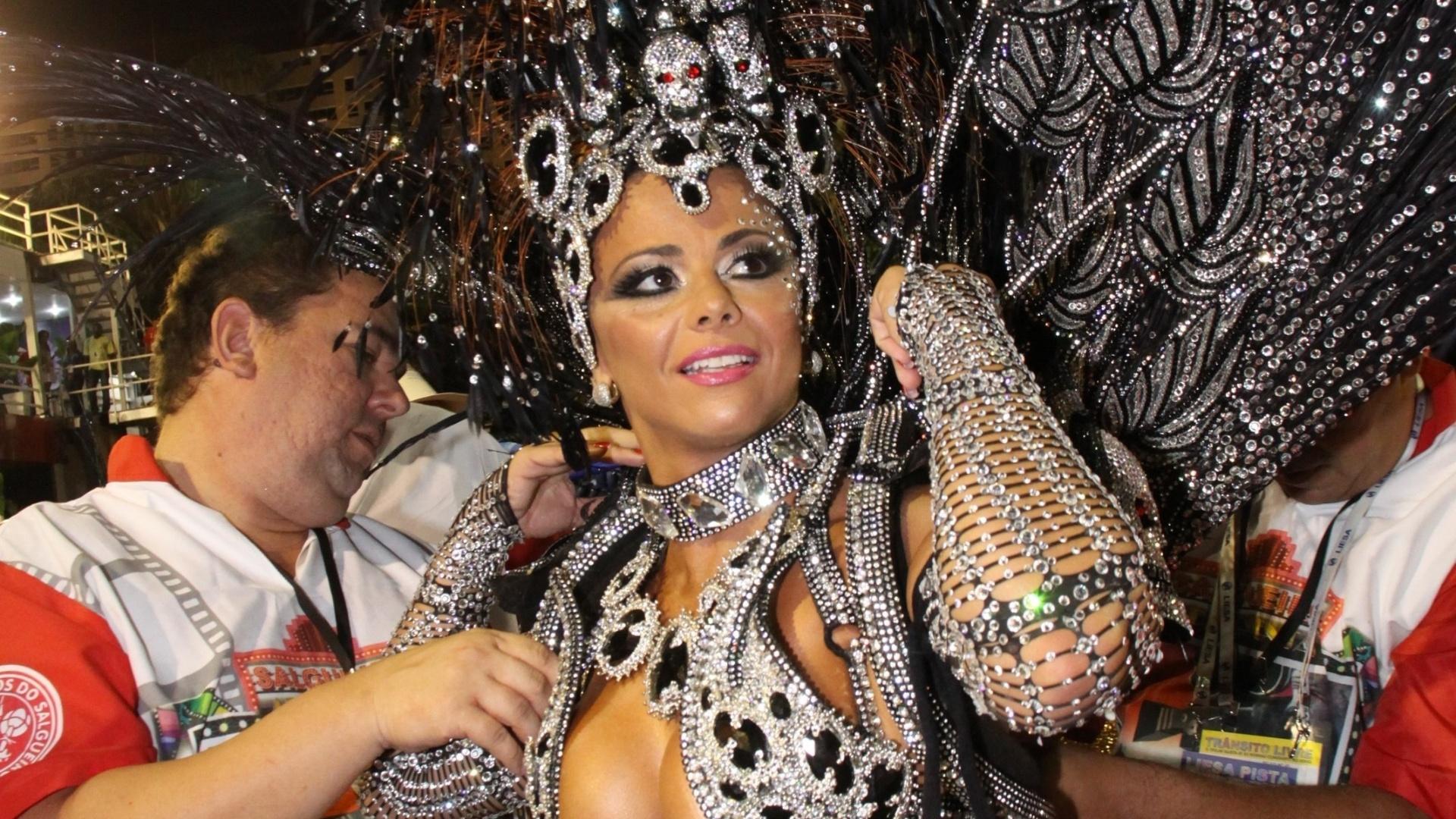 Viviane Araujo aguarda o início do desfile na concentração do salgueiro (12/03/2011)