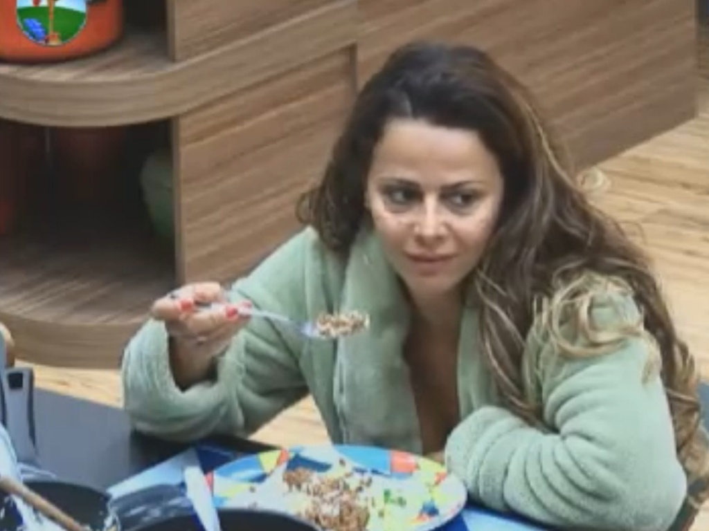 Viviane Araújo almoça no último dia de confinamento (29/8/12)