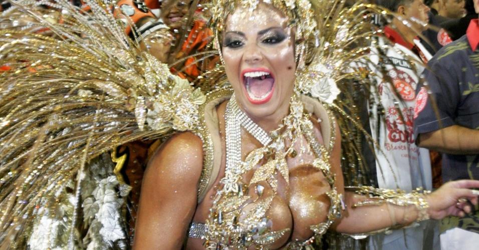 Viviane Araújo conquistou boa parte dos fãs por sua atuação como rainha de bateria da Salgueiro (19/02/2012)