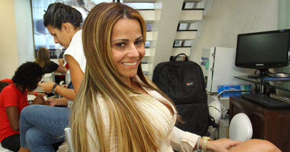 Viviane Araujo cuida dos cabelos em salão de beleza (22/07/2011)
