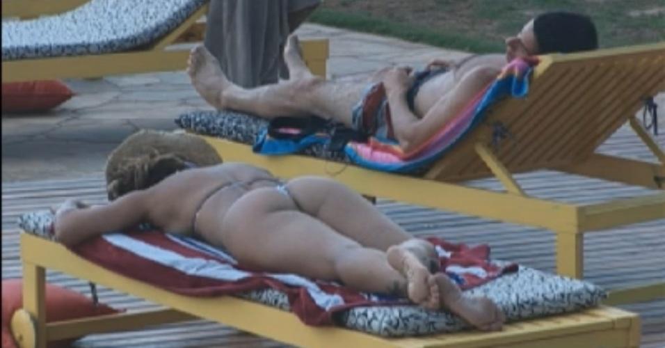 Viviane Araújo e Felipe Folgosi tomam banho de sol (29/8/12)