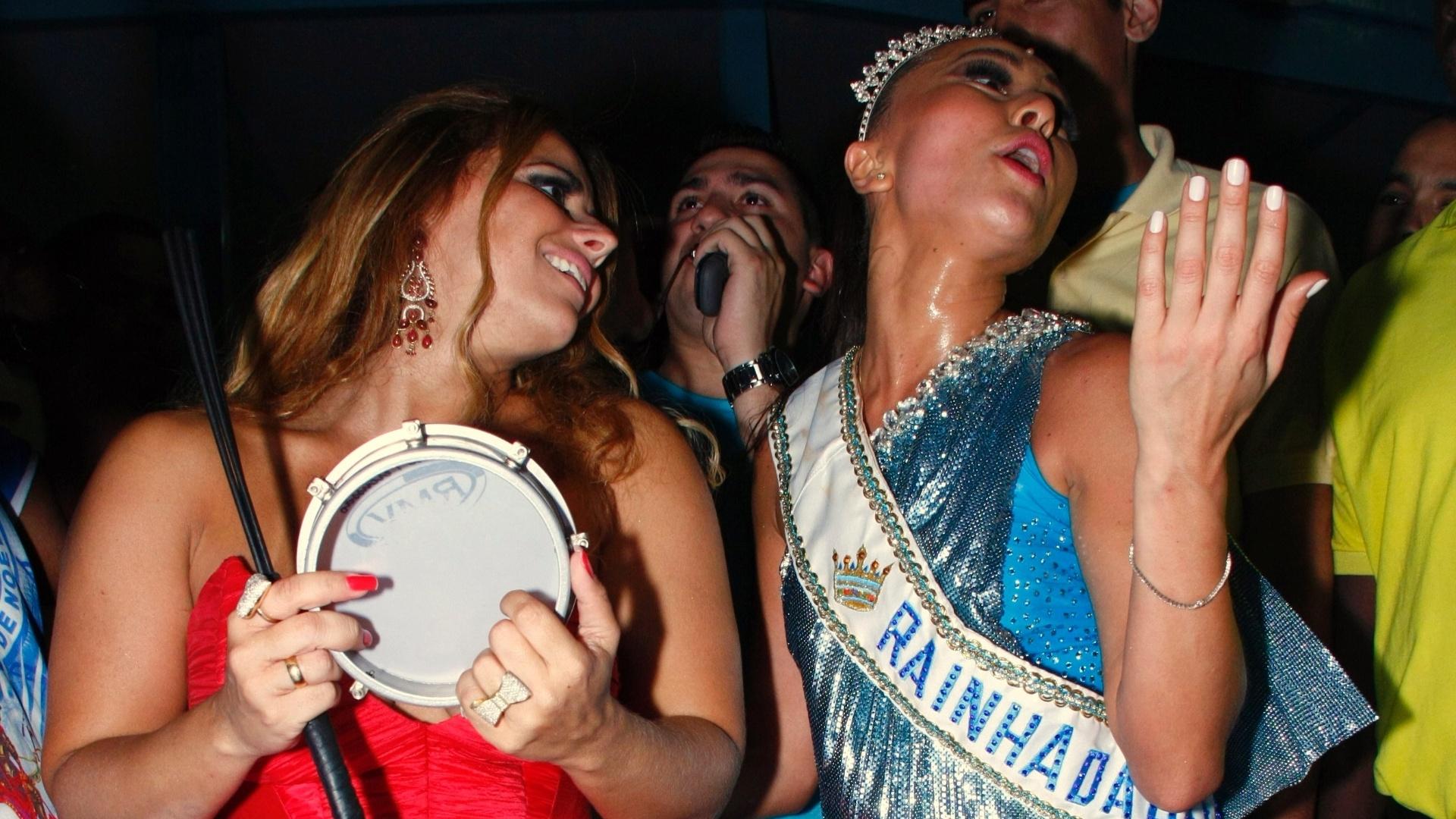 Viviane Araújo participa da coroação de Sabrina Sato como rainha da bateria da Vila Isabel (13/11/2010)