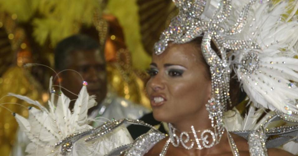 Viviane Araújo usa uma coleira com o nome do ex-marido, Belo, durante desfile da Mancha Verde, em São Paulo (04/02/2005)