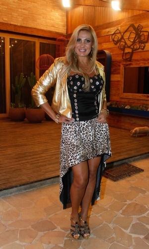 "Ângela Bismarchi posa para foto na sede de ""A Fazenda"" (29/8/12)"