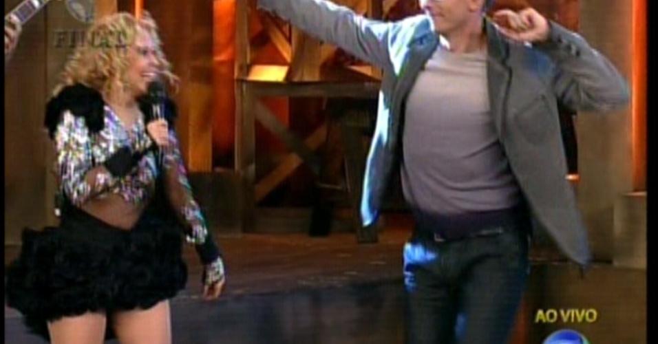 """Britto Jr. demonstra não estar preparado para dançar durante apresentação da final de """"A Fazenda 5"""" (29/8/12)"""