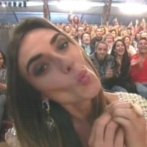 """Nicole Bahls manda beijo para espectadores de """"A Fazenda 5"""" (29/8/12)"""