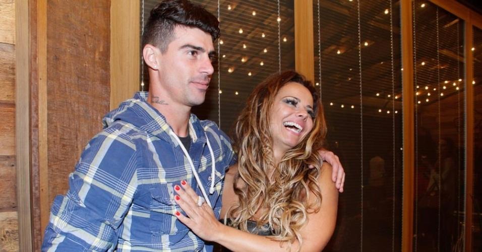 Vencedora do reality com 84% dos votos, Viviane Araújo abraça namorado, o jogador Radamés Martins (29/8/12)