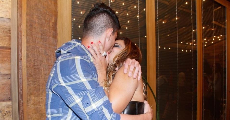 Viviane Araújo ganha beijo do namorado, o jogador Radamés Martins, após vencer