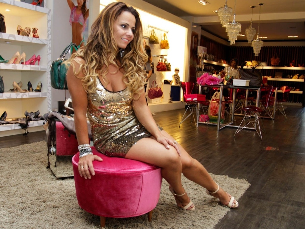 Viviane Araújo posa em loja de São Paulo (30/8/13)
