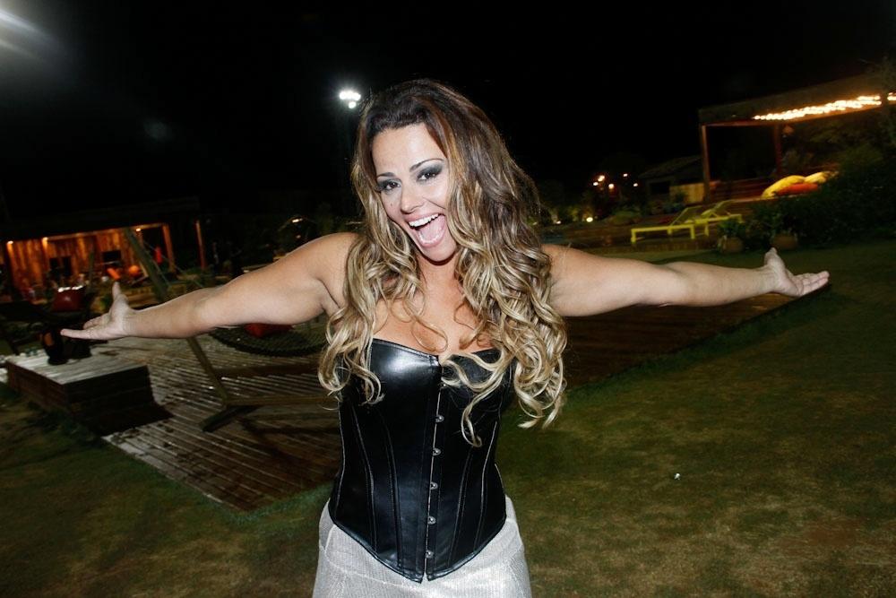 Viviane Araújo posa para foto após vencer o reality