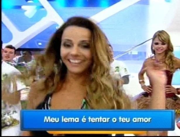 """Viviane Araújo recebe homenagem da escola de samba Mancha Verde no programa """"Hoje em Dia"""" (30/8/12)"""