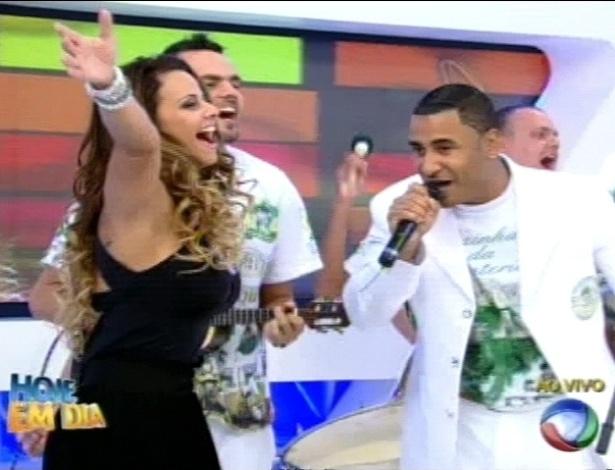 """Viviane Araújo recebe homenagem da Mancha Verde no programa """"Hoje em Dia"""" (30/8/12)"""