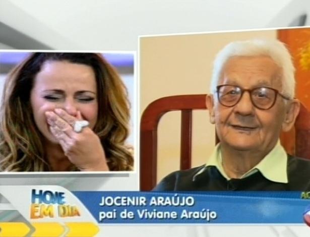 """Viviane Araújo se emociona ao ver depoimento do pai no programa """"Hoje em Dia"""" (30/8/12)"""