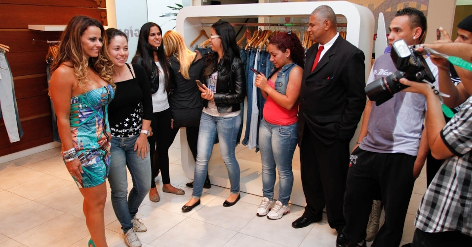 Viviane Araújo tira fotos com fãs durante visita a loja de São Paulo (30/8/12)