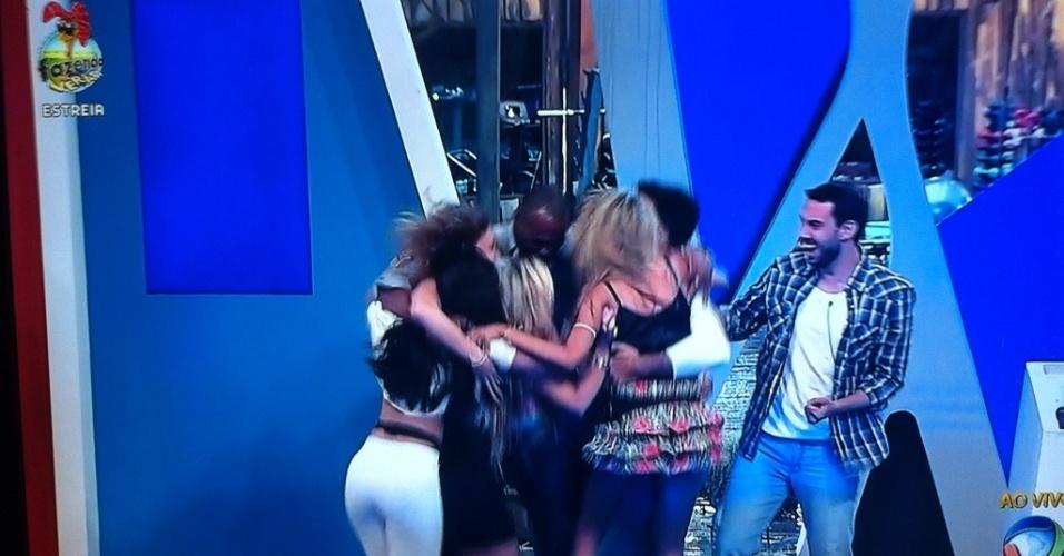 """Peões do grupo azul comemoram vitória na primeira prova da """"Fazenda de Verão"""""""