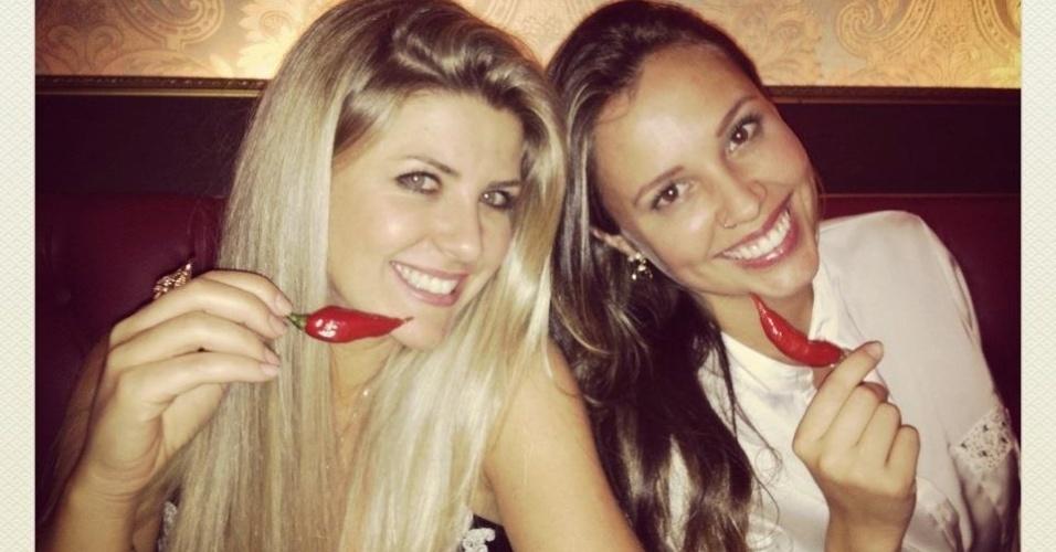 A apresentadora Íris Stefanelli e a peoa Angelis Borges posama para foto em restaurante (1/11/12)