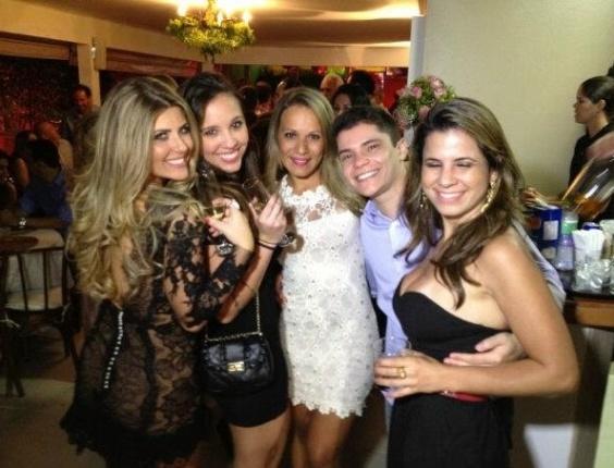 A peoa Angelis Borges e a apresentadora Íris Stefanelli se divertem em festa com amigas