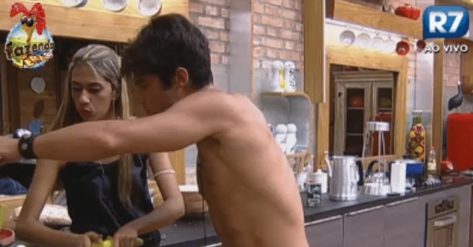 Gabriela aproveita a cozinha para preparar um suco e pede um espremedor elétrico