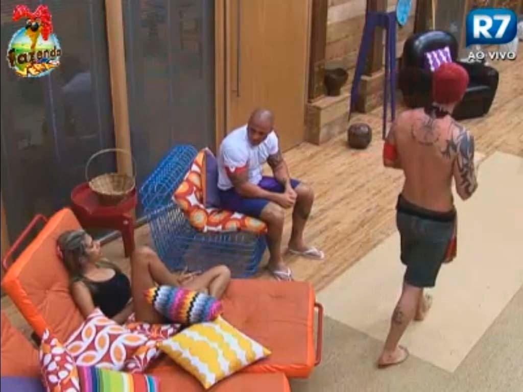 Gabriela conversa com Rodrigo sobre relacionamento