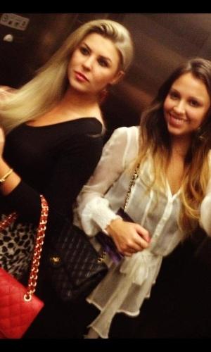 Íris Stefanelli e a peoa Angelis Borges tiram foto dentro do elevador