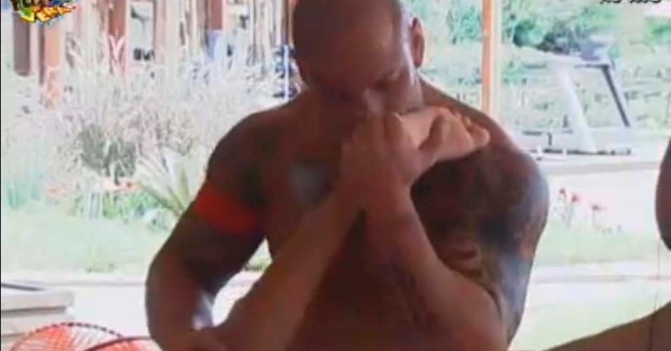 Rodrigo brinca com pé de Gabriela
