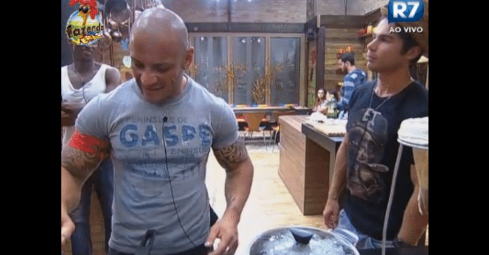 Rodrigo Simões cozinha o jantar para os participantes