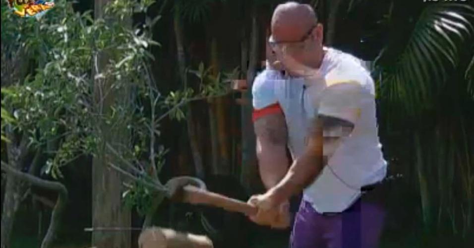 Rodrigo tenta cortar lenha