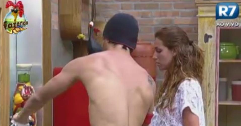 Halan ajuda Claudia tirar a chaleira do fogão