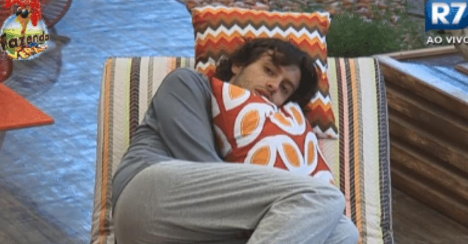 Haysam perde o sono e fica sozinho na área externa
