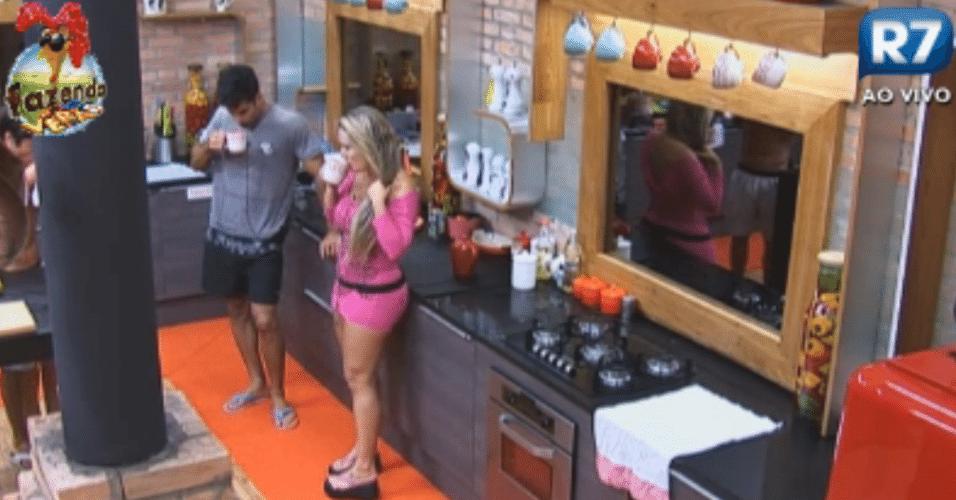Isis Gomes e Dan Wainer tomam chá de hortelã