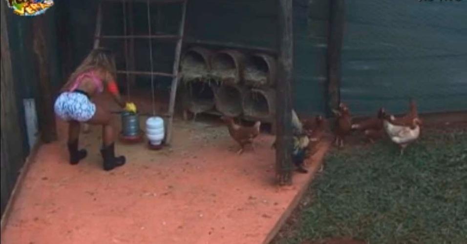 Karine trata das galinhas
