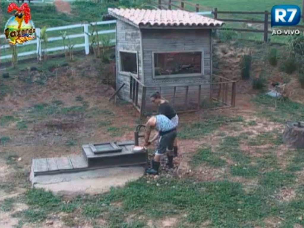 Leandro e Angelis lavam louça