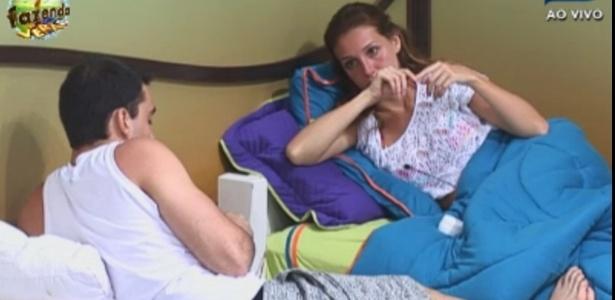 Rodrigo Carril e Claudia conversam no quarto da sede
