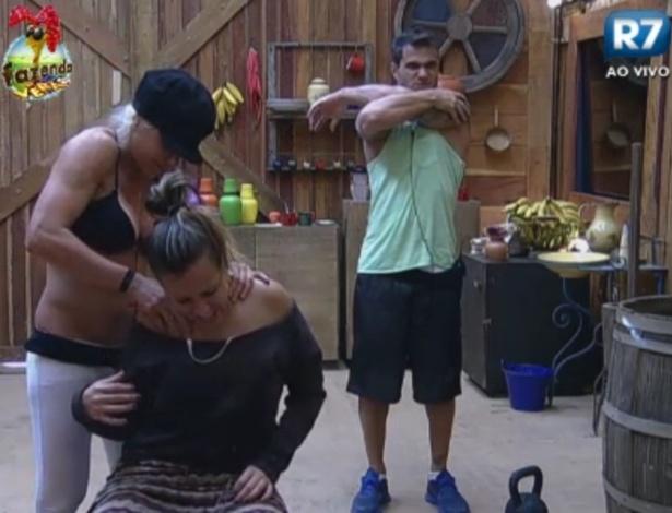 Cacá faz massagem para aliviar dor nas costas de Angelis