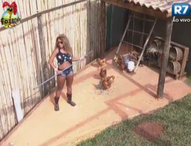 Karine cuida das galinhas