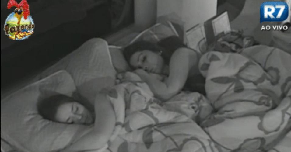 Participantes dividem as camas na sede na quarta noite do reality
