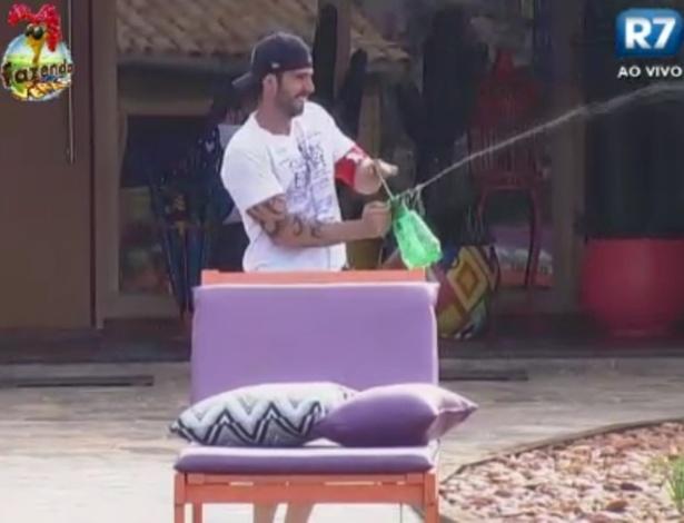 Thyago e Halan fazem guerra de água