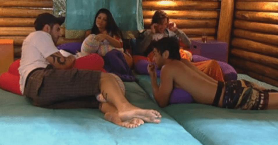 Thyago fala sobre o clima com Flávia e lembra do pedido da mãe