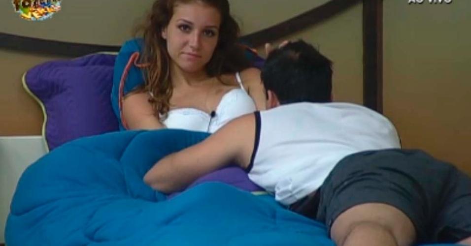 Claudia e Rodrigo conversam no quarto