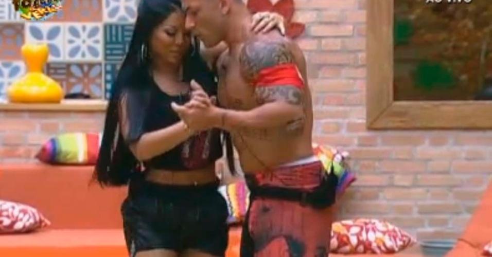 Rodrigo e Natália dançam juntos