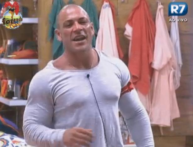 Rodrigo Simões tenta ensinar como fazer sexo debaixo do edredom