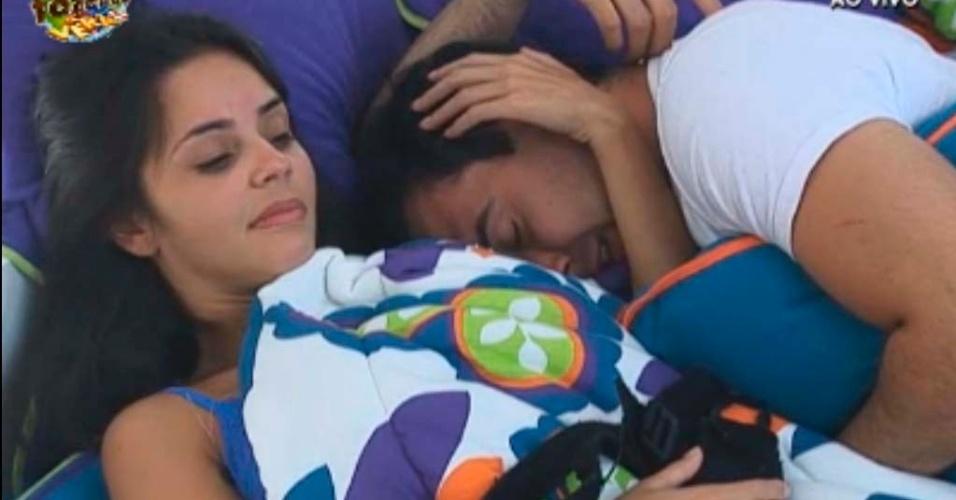 Flavia faz carinho em Rodrigo